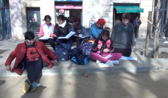 """Fotograma de """"Somnis i drets"""" de l'Escola Collasso i Gil amb La Llama Font: Canal de Youtube de l'Escola Collasso i Gil"""