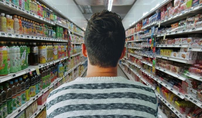 Anar a comprar es pot convertir en una odissea per evitar el consum de plàstics. Font: Pxhere