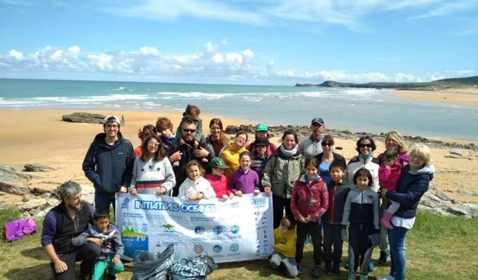 Un grup de voluntariat de Surfrider en una platja de Cantàbria