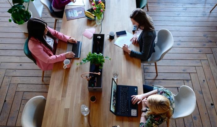 Les dones estan menys representades en el mercat laboral tecnològic.  Font: CoWomen (Pexels)