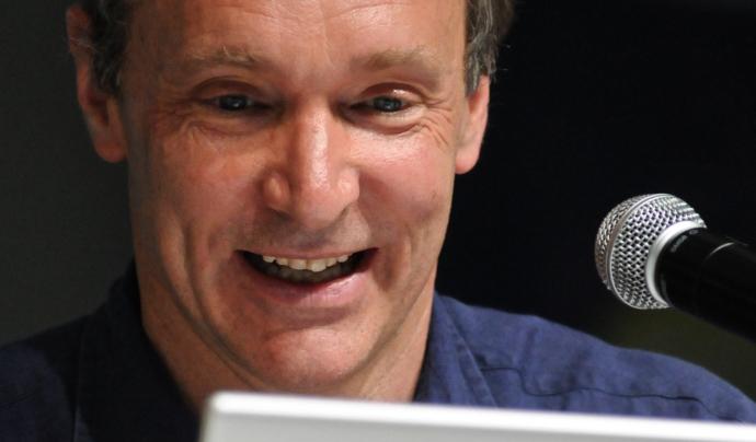 Tim Berners-Lee va ser el creador de la world wide web Font: Silvio Tanaka. Llicéncia d'ús CC BY 2.0