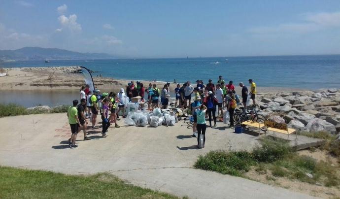 El grup de corredors i corredors al pas de la desembocadura del Besòs Font: Ultra Clean Marathón