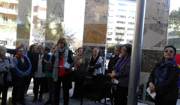 """Dones participant en un acte. Imatge que il·lustra el taller """"Cuidem la ciutat"""" del Fòrum veïnal de dones"""