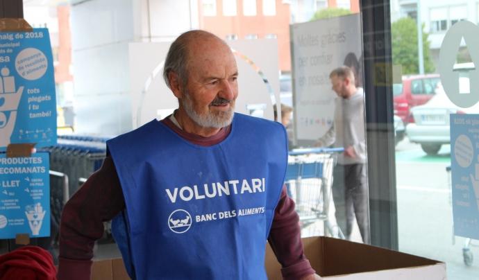 Un voluntari col·labora en la recollida d'aliments. Font: Gran Recapte