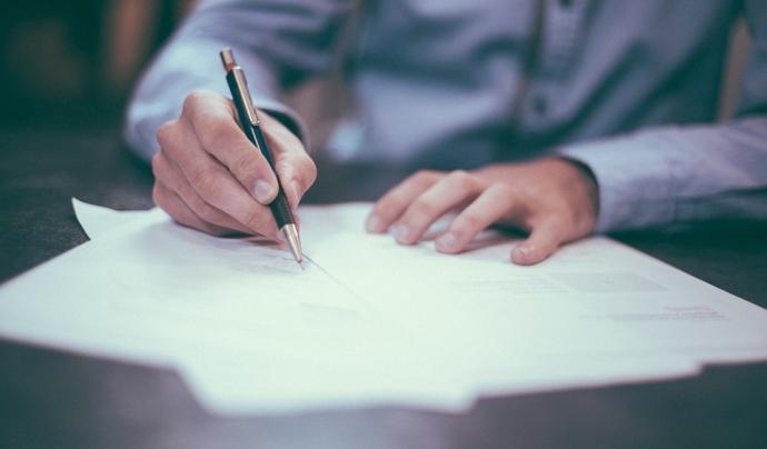 S'ha de certificar i signar els acords Font: pixabay
