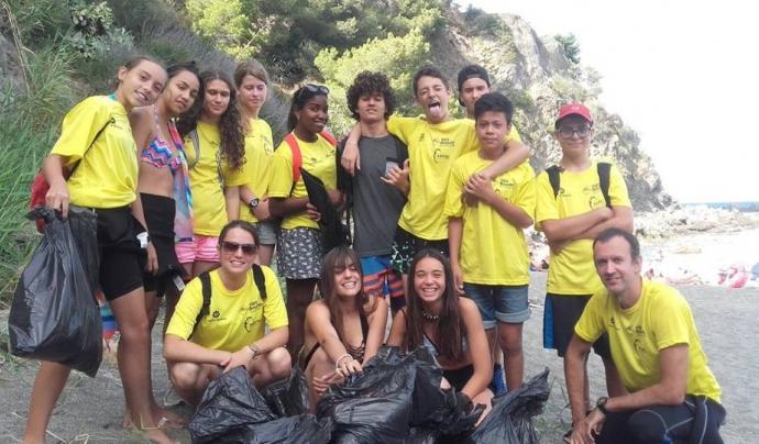 Jornada de voluntariat ambiental dedicada a la retirada de residus a la platja i al mar  Font: Xatrac