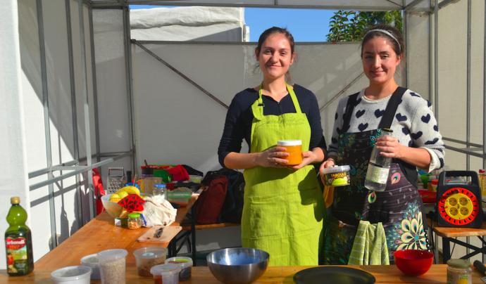La Irina i la Xènia, en un taller de cuina saludable. Font: Zero Waste Bcn