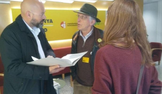 Saül Gordillo, director de Catalunya Ràdio, rep la carta de membres de Rebel·lió o Extinció Barcelona Font: Rebel·lió o Extinció Barcelona