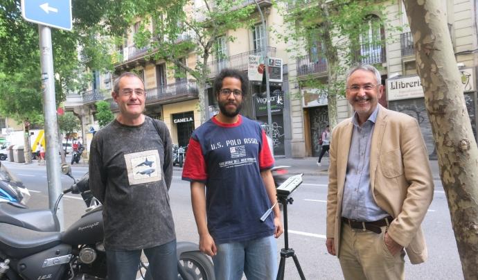Carlos Orti, juntament amb Emeka Okpala (secretari Barcelona Camina) i Joan Estevadeordal (president de Catalunya Camina) durant una acció de captura de dades de contaminació acústica a l'Eixample. Font: Catalunya Camina