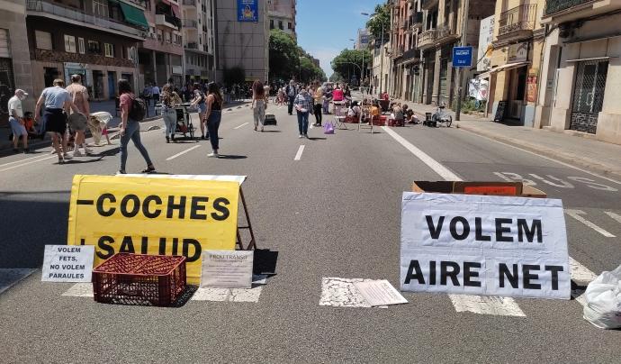 Imatge del carrer Aragó de Barcelona durant la Revolta Veïnal, acció que qüestiona les anomenades autopistes urbanes per l'elevat volum de trànsit motoritzat que suporta i les externalitats associades. Font: Catalunya Camina