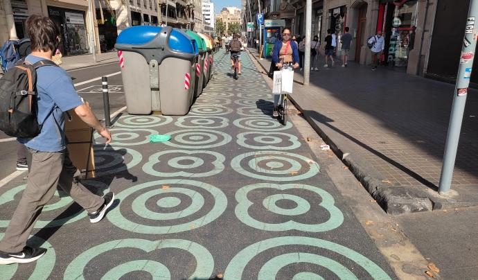 L'urbanisme tàctic ha permès guanyar més espai a la calçada amb mesures reversibles i de baix cost. Font: Catalunya Camina