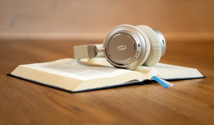 Un llibre i uns auriculars Font: Kay Lenze (Pixabay)