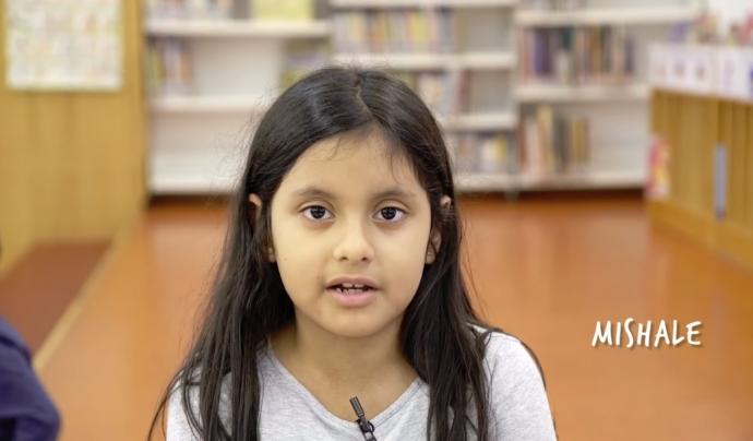 Una de les nenes que explica la seva experiència durant el video