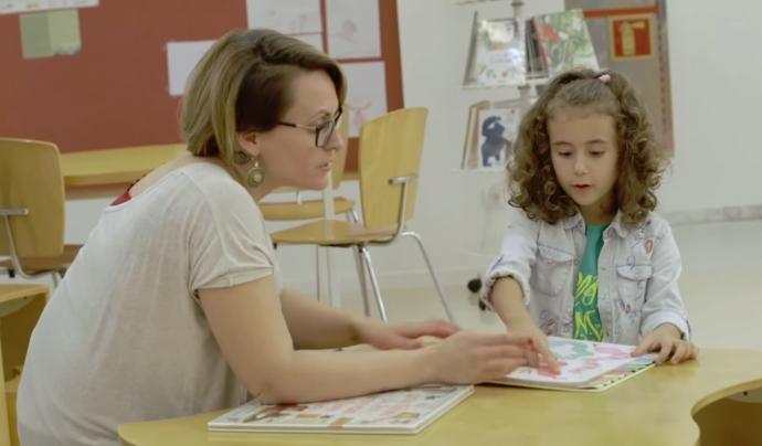 El documental 'Crecer leyendo' explica algunes de les activitats que impulsa la Fundació Biblioteca Social