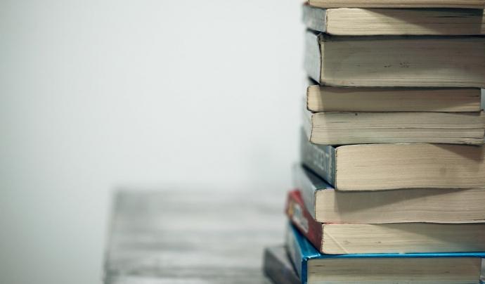 El llibre recull cinc relats de persones usuàries de l'entitat. Font: Unsplash. Font: Font: Unsplash.
