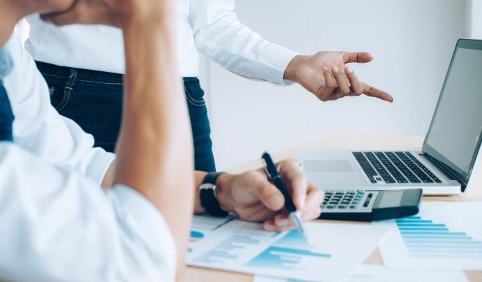 La norma 43 de l'Associació Espanyola de Banca (AEB) estableix la regulació per a la transmissió dels extractes dels comptes corrents. Font: Freepik.