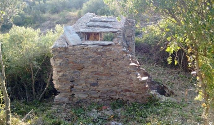 Algunes edificacions posen en perill els 'clopers', declarats patrimoni de la humanitat per la UNESCO. Font: Amics de la Natura de Cadaqués. Font: Font: Amics de la Natura de Cadaqués.