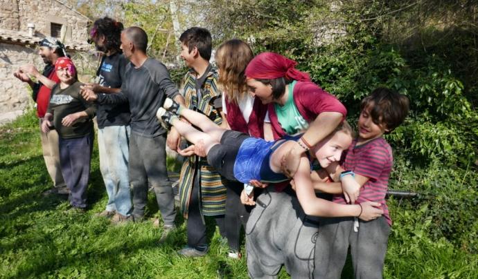Gimkana organitzada per als infants durant el confinament al primer habitatge cooperatiu de Catalunya. Font: Cal Cases