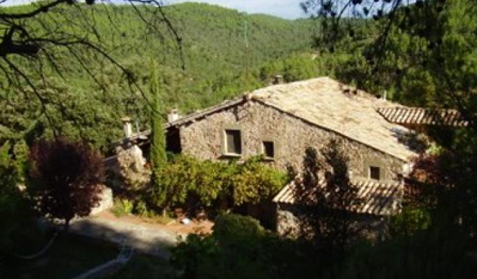 Cal Cases és un projecte de vida en comunitat situat en una masia enmig del bosc en el terme municipal de Santa Maria d'Oló, en el Moianès Font: Cal Cases