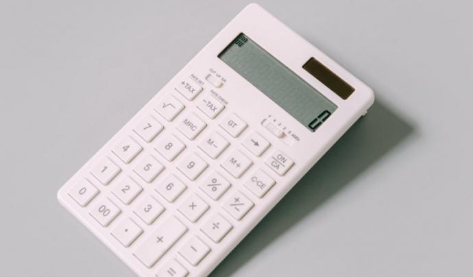 Les entitats ja poden utilitzar la calculadora de pagament de deutes i d'interessos per ajornaments a la web de l'Agència Tributària. Font: Unsplash. Font: Unsplash