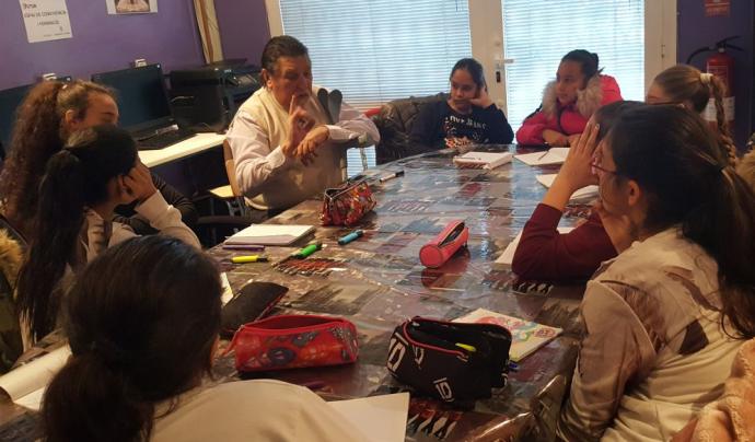 Un grup de noies atenen l'explicació en una classe de llengua caló