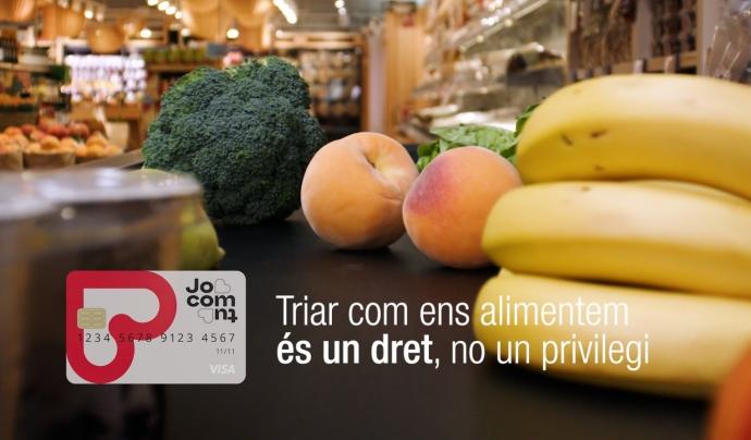 Les targetes prepagament dignifiquen el suport alimentari, perquè les famílies van a comprar als establiments del barri. Font: Càritas Catalunya