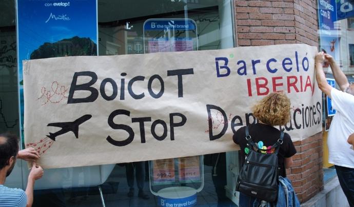 Membres de la campanya 'stop deportaciones' en una de les seves accions de protesta Font: Tanquem els CIE