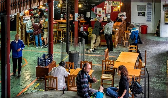Un dels espais més populars és el bar del recinte. Font: Can Batlló. Font: Font: Can Batlló.