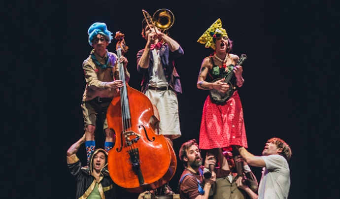 Membres del col·lectiu d'artistes durant una actuació. Font: LACAM