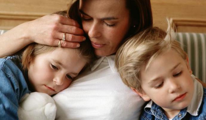 Imatge d'una mare amb dos fills