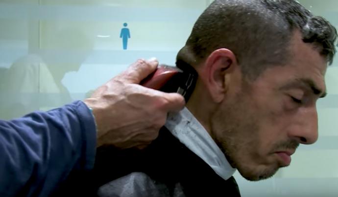 Usuari del CAS Baluard tallant-se el cabell.