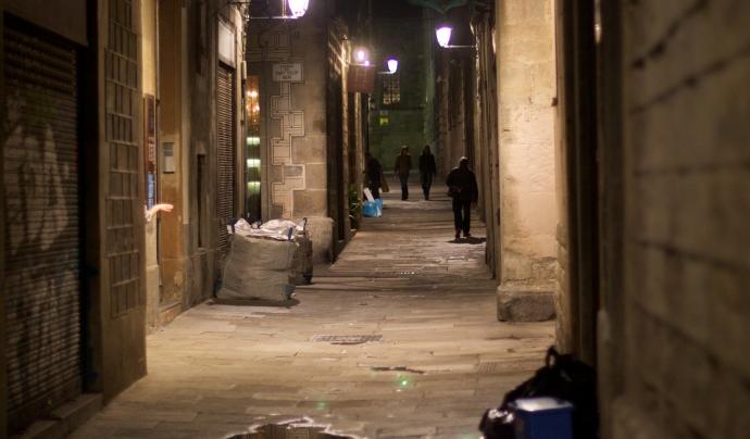 Carrer fosc a la nit, poc transitat. Font: Wikimedia Commons