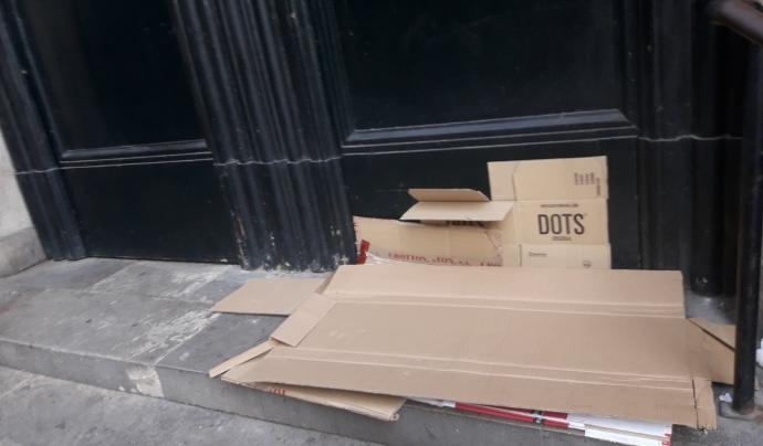 Restes de cartrons en un carrer del centre de Barcelona en plena pandèmia. Font: Sònia Pau