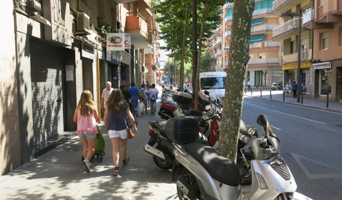 Catalunya Camina reivindica l'espai públic per als vianants i denuncien les situacions que veuen una reducció notable del seu espai útil (imatge: catalunya camina)