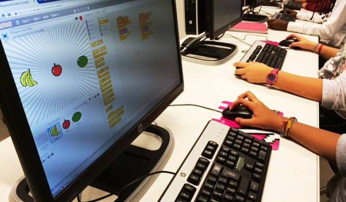 Els nens i nenes aprenen a programar amb el llenguatge de programació Scratch, entre altres