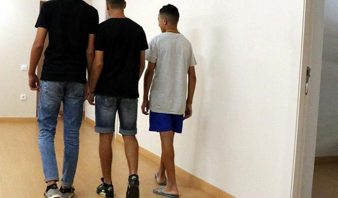 Tres joves en un centre d'acollida
