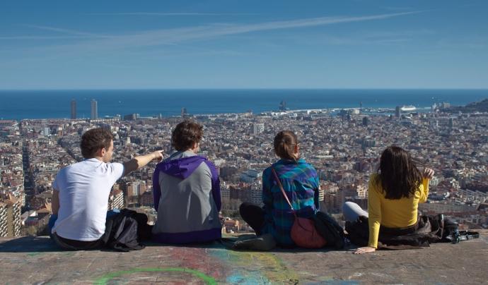 4 joves amb Barcelona de fons