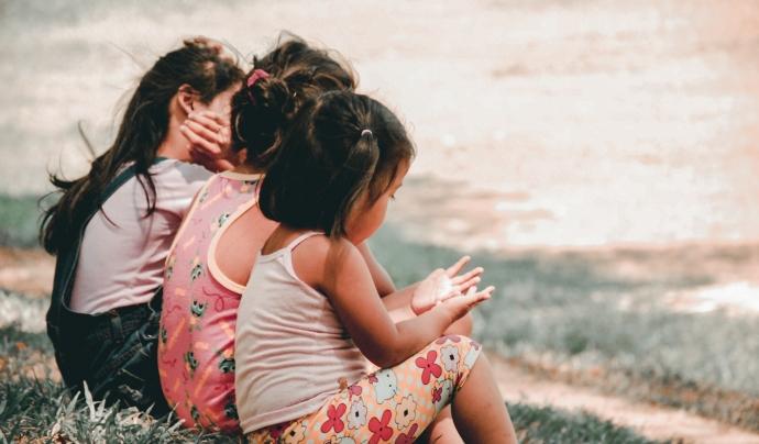 Cal invertir en protecció a la infància i generar entorns familiars i de confiança segurs. Font: Unsplash. Font: Font: Unsplash.