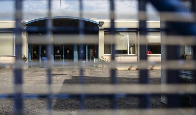 Denuncien la presència de menors al CIE de la Zona Franca. Font: Diari Ara.