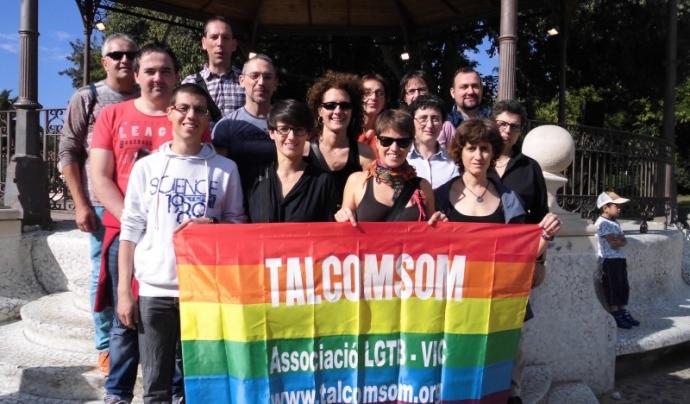 L'associació neix el 2008, per la iniciativa d'un grup de Lesbianes, Gais, Transsexuals, Transgènere i Bisexuals de la comarca d'Osona. Font: TALCOMSOM