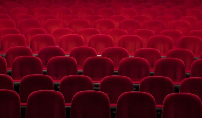 Aquesta llei determina que com a mínim el 50% de les pel·lícules comercials projectades als cinemes de Catalunya han de ser en català. Font: Unsplash. Font: Font: Unsplash.