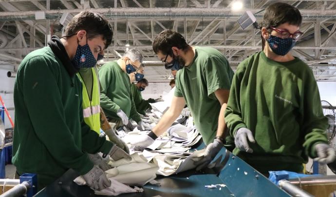 Persones treballadores del Centre Especial de Treball a la cinta de triatge de la secció de Gestió de Residus Font: Femarec