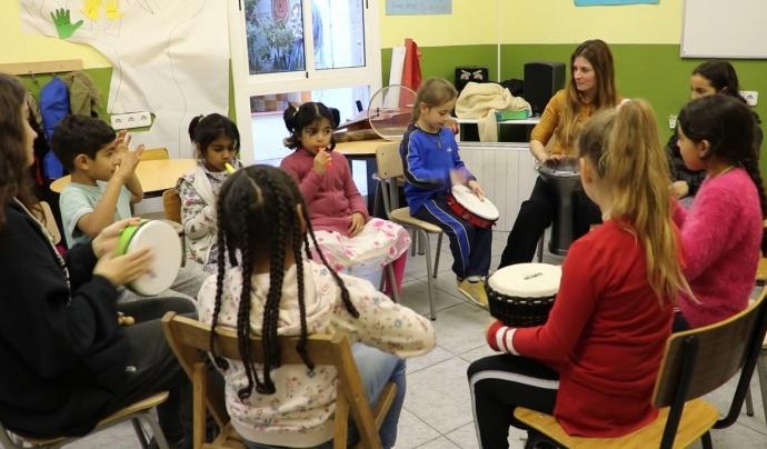 A les sessions els infants prenen contacte amb instruments musicals i participen en dinàmiques a través de cançons, jocs o reflexions verbals.  Font: Paula Gil