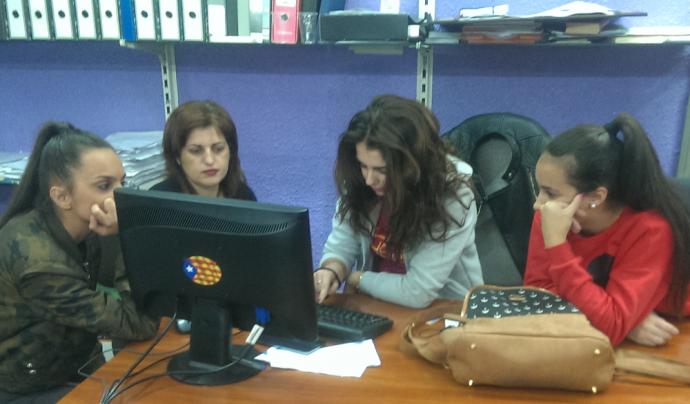 Grup de joves al voltant d'un ordinador