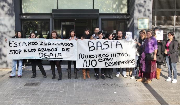 Famílies afectades per la retirada de la tutela dels seus fills/es manifestant-se en contra del sistema de protecció de la DGAIA Font: Aprodeme