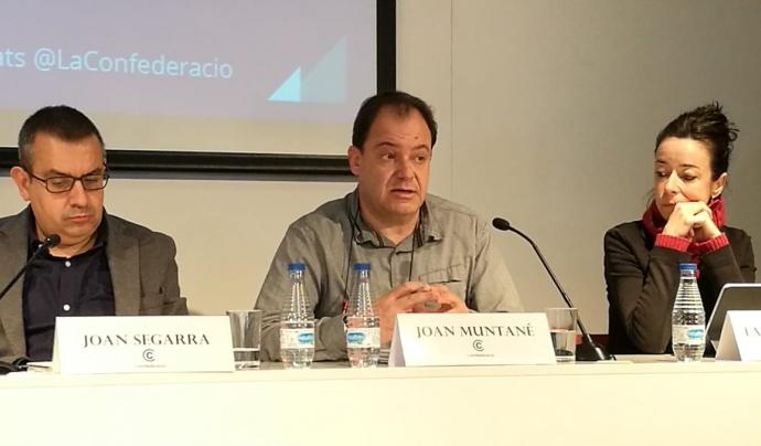 Portaveus de La Confederació lamentant la situació financera dels serveis socials a Catalunya.  Font: La Confederació