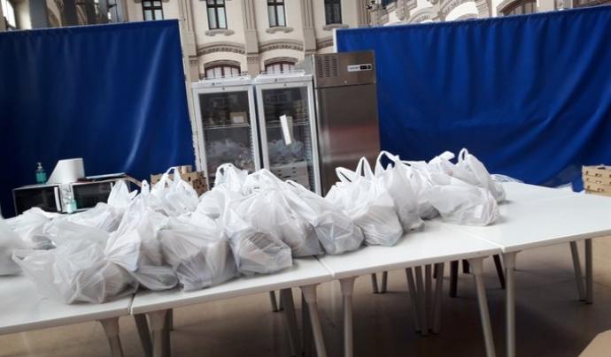 Bosses de menjar preparades per a persones sense recursos a l'Estació del Nord de Barcelona durant el primer confinament. Font: Sònia Pau