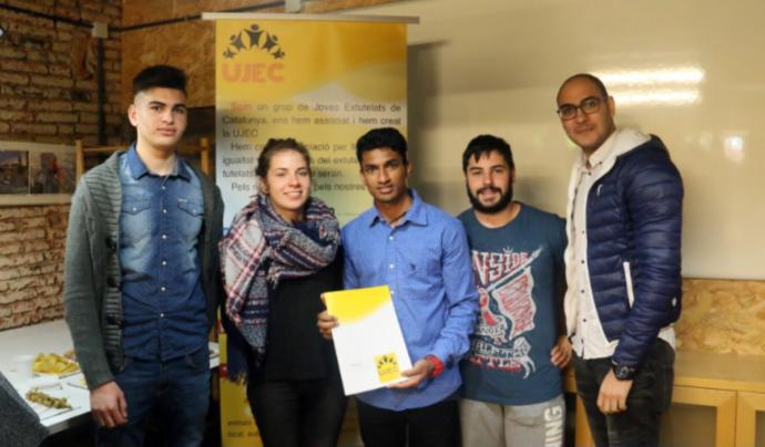 Joves de l'entitat mostrant els estatuts el dia de la seva signatura Font: UJEC