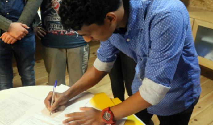 Moment de la signatura dels estatuts Font: UJEC