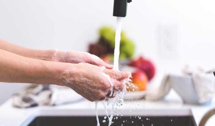 Rentar-se les mans, una de les mesures per prevenir el virus. Font: CC
